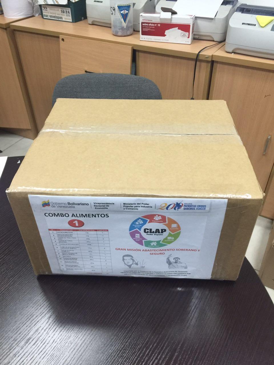 """Detalle de la caja CLAP armada en Panamá con productos importados y su lema """""""