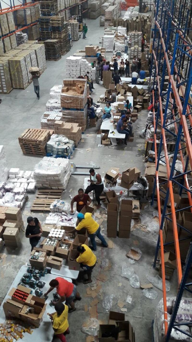 Vista general de la operación de llenado de las cajas CLAP en un galpón en la zona libre de Colón en Panamá / lapatilla.com