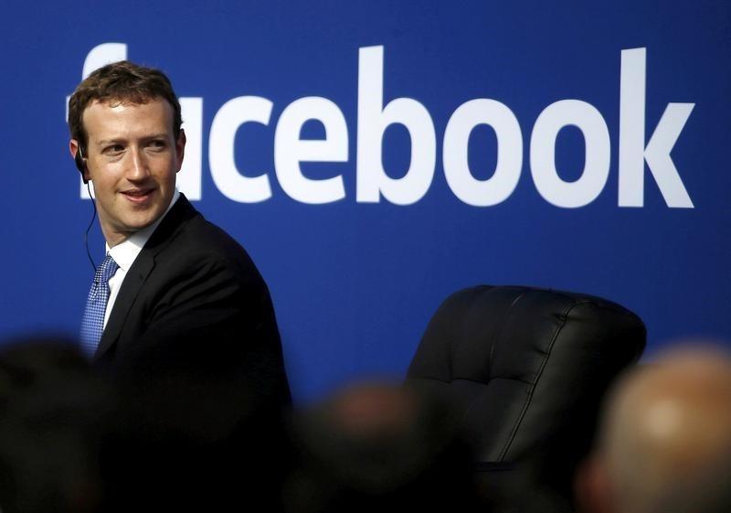 La red social Facebook lanzó el lunes una iniciativa para hacer frente a las noticias falsas en Francia, donde los medios están bajo los focos ante la cercanía de las elecciones presidenciales. En esta imagen de archivo, el consejero delegado de Facebook, Mark Zuckerberg, durante un acto en la sede de la compañía en Menlo Park, California, EEUU, el 27 de septiembre de 2015. REUTERS/Stephen Lam/File Photo