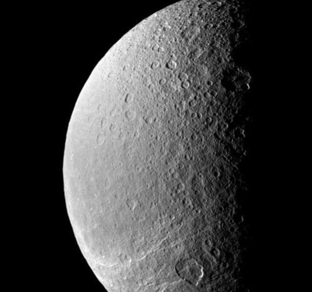La luna Rea con sus muchos cráteres (1.527km de diámetro). NASA/JPL/Space Science Institute