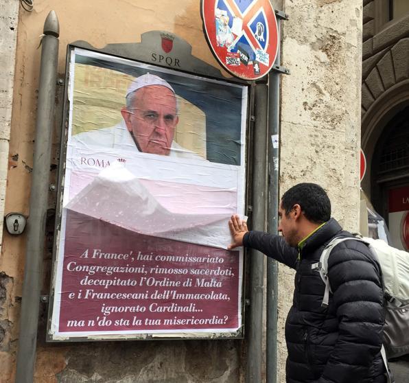 Roma amanece empapelada de mensajes en contra del Papa Francisco