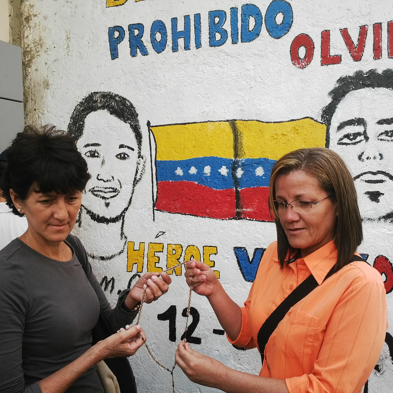 Caraqueños rinden homenajes a la jovenes del 12f 2014 (5)