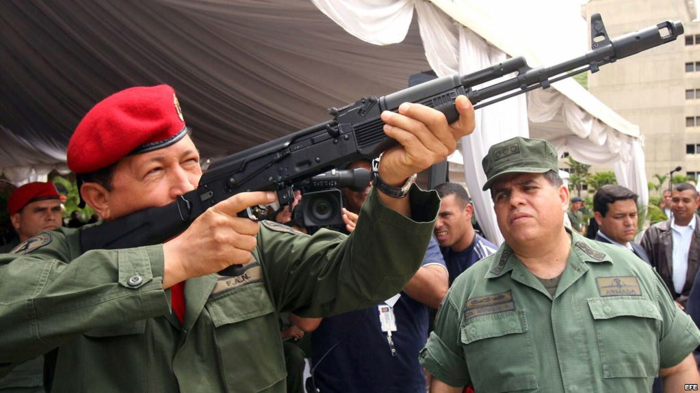 Hugo Chávez (i), manipula un fusil de asalto Kalashnikov AK-103 bajo la atenta mirada del ministro de Defensa, Orlando Maniglia (d) el 14 de junio de 2006, en el fuerte Tiuna, en Caracas, Venezuela. Foto Archivo.