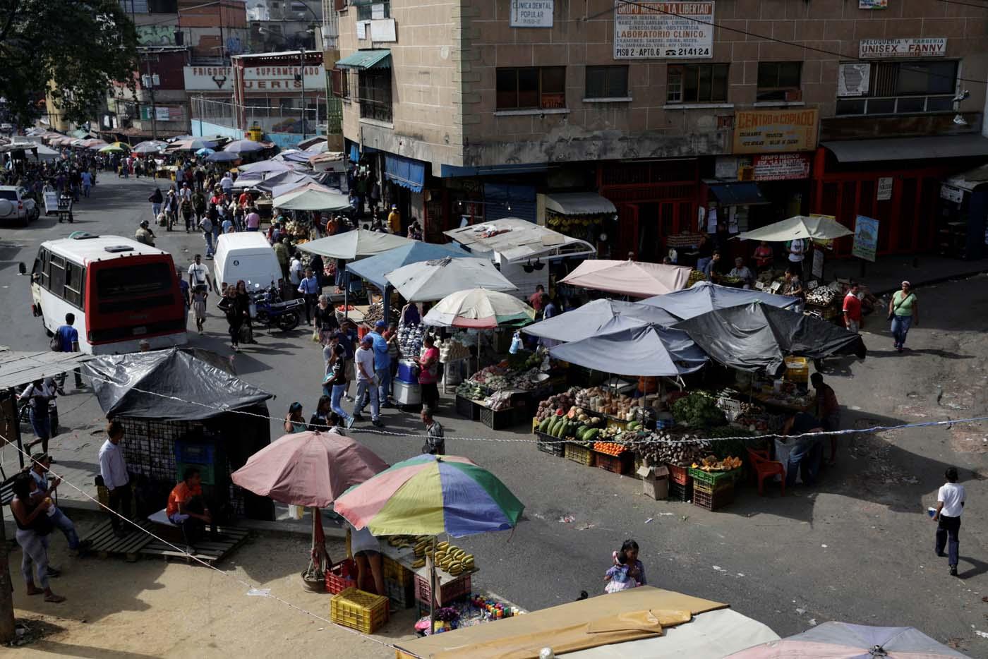 A view shows a street market at El Cristo square in the slum of Petare, in Caracas, Venezuela February 24, 2017. Picture taken February 24, 2017. REUTERS/Marco Bello
