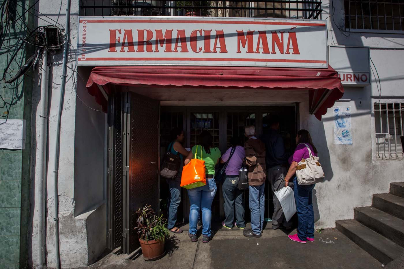 ACOMPAÑA CRÓNICA: VENEZUELA MEDICINAS - CAR003. CARACAS (VENEZUELA), 25/02/2017 - Fotografía del 24 de febrero de 2017, de un grupo de personas en busca de medicinas en una farmacia de Caracas (Venezuela).Casi tres semanas lleva una joven de 25 años buscando dos antibióticos para su hermana que padece de bronconeumonía y hasta ahora lo único que pudo conseguir, gracias a una donación, fue una caja incompleta de un medicamento que no es precisamente el que el médico le recetó. Venezuela vive una aguda crisis de desabastecimiento en materia de medicinas desde hace más de dos años y la situación no parece mejorar. Efe hizo un recorrido por unas 15 farmacias ubicadas tanto en el este como en el oeste de la capital venezolana y constató la ausencia de antibióticos, hipertensivos, anticoagulantes y otros. EFE/MIGUEL GUTIERREZ