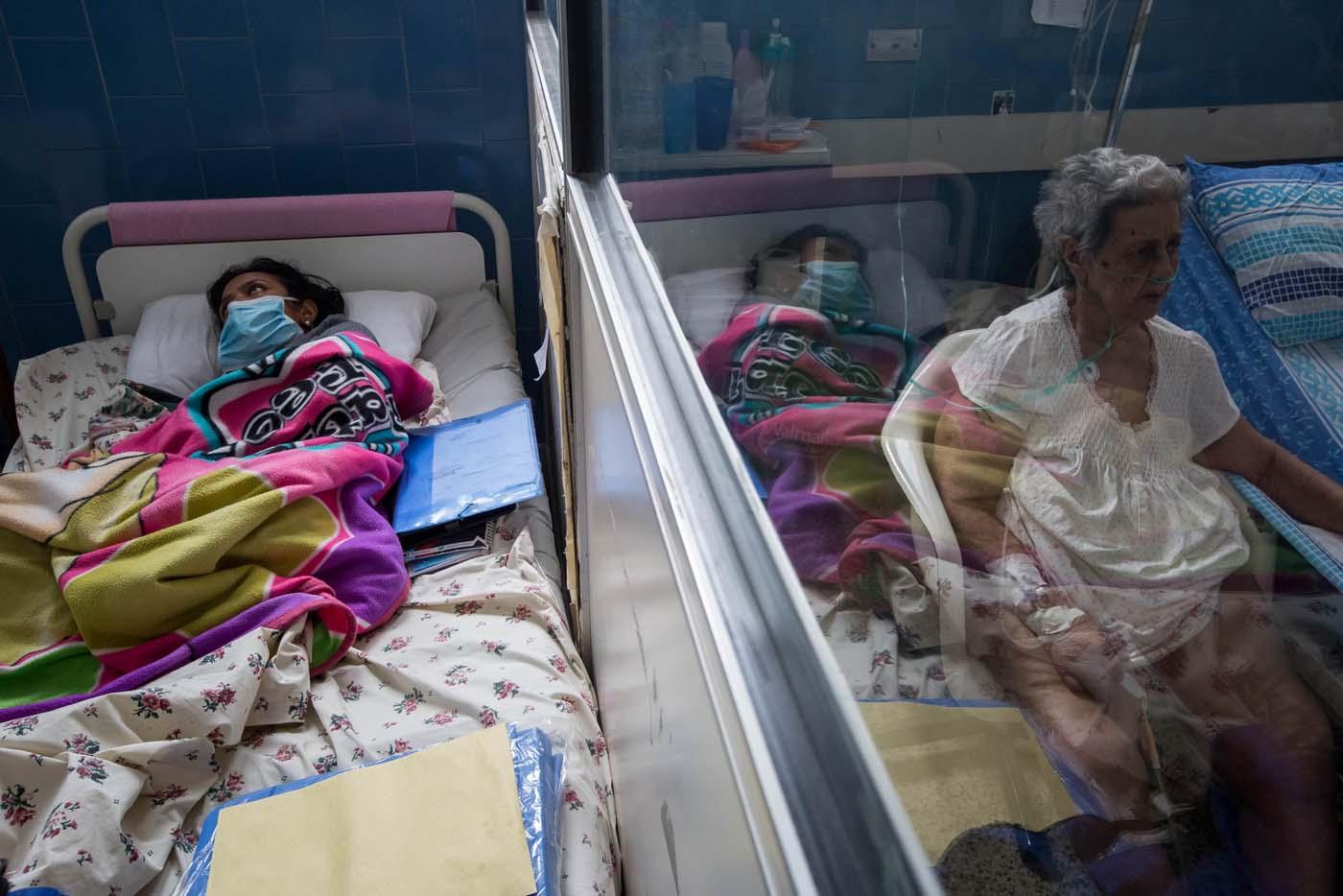 ACOMPAÑA CRÓNICA: VENEZUELA MEDICINAS - CAR009. CARACAS (VENEZUELA), 25/02/2017 - Fotografía del 24 de febrero de 2017, de pacientes que aguardan en sus camillas la llegada de medicina en un hospital de Caracas (Venezuela). Casi tres semanas lleva una joven de 25 años buscando dos antibióticos para su hermana que padece de bronconeumonía y hasta ahora lo único que pudo conseguir, gracias a una donación, fue una caja incompleta de un medicamento que no es precisamente el que el médico le recetó. Venezuela vive una aguda crisis de desabastecimiento en materia de medicinas desde hace más de dos años y la situación no parece mejorar. Efe hizo un recorrido por unas 15 farmacias ubicadas tanto en el este como en el oeste de la capital venezolana y constató la ausencia de antibióticos, hipertensivos, anticoagulantes y otros. EFE/MIGUEL GUTIERREZ