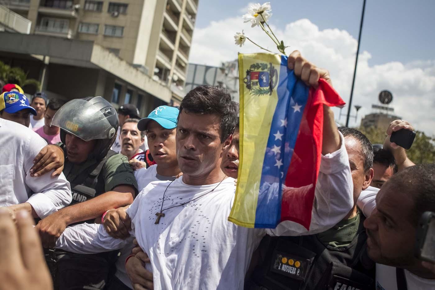 """CAR703. CARACAS (VENEZUELA), 17/02/2017.- Fotografía de archivo del opositor venezolano Leopoldo López durante una manifestación en la ciudad de Caracas (Venezuela). López aseguró desde la cárcel en una entrevista exclusiva con Efe que el considerado número dos del chavismo, Diosdado Cabello, reconoció poco antes de su detención ante su esposa, Lilian Tintori, y sus padres que él era """"inocente"""" y que su situación obedecía a una """"medida política"""". EFE/MIGUEL GUTIERREZ"""