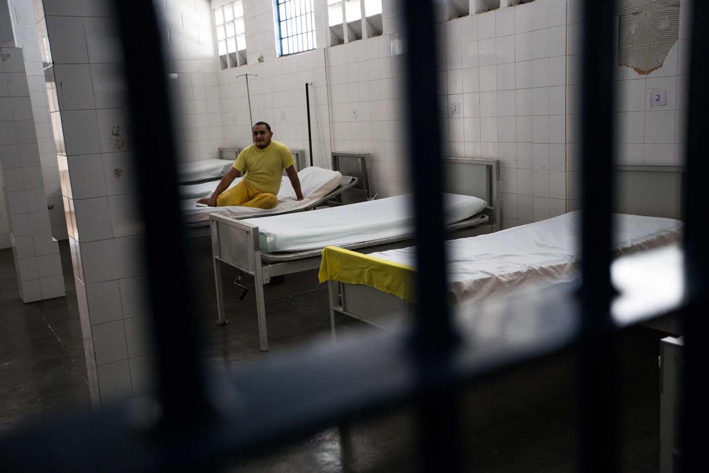 """ACOMPAÑA CRÓNICA:VENEZUELA CÁRCELES CAR01. MÉRIDA (VENEZUELA), 17/02/2017.- Fotografía del 9 de febrero de 2017 de un interno que descansa en la enfermería del Centro Penitenciario de la Región Andina, en Mérida, estado Mérida (Venezuela). Las cárceles de Venezuela, durante décadas ciudades intramuros de violencia, armas, drogas y delito, son objeto de la transformación del """"nuevo sistema penitenciario"""", un régimen diseñado por el Gobierno socialista para la construcción """"del hombre nuevo"""". EFE/CRISTIAN HERNÁNDEZ"""