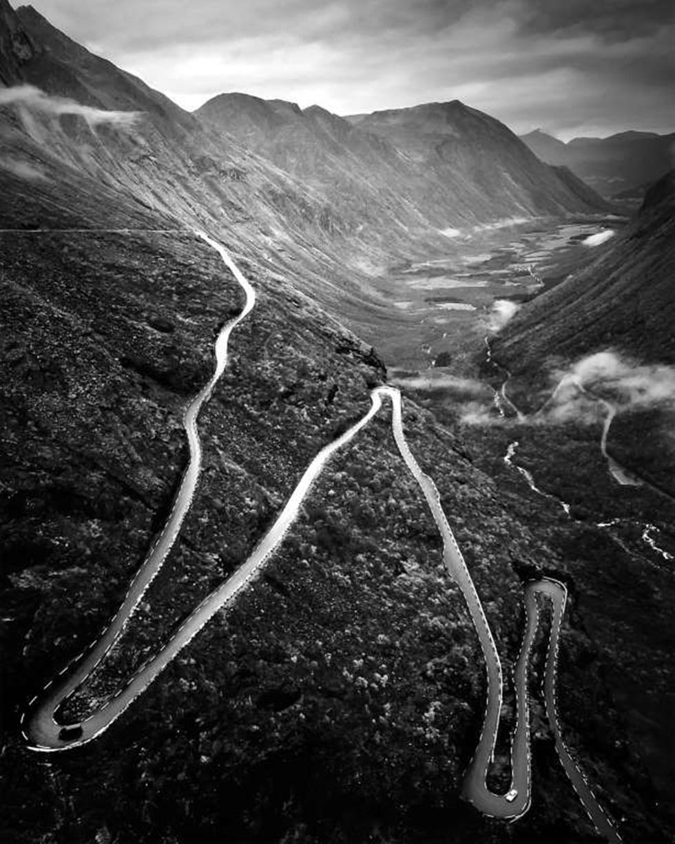 """SEGUNDO LUGAR, PAISAJE """"Tomé esta foto el año pasado, en octubre de 2015 mientras disfrutaba mis vacaciones en Noruega. Me pareció un sueño ver este extraordinario camino entre un hermoso paisaje de montañas """"."""