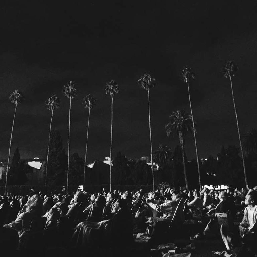 """SEGUNDO LUGAR, ESTILO DE VIDA """"Esto fue tomado en el Hollywood Forever Cemetery durante una proyección de Goonies. Unas pocas noches cada verano hay un evento llamado Cinespia donde proyectan una vieja película en el lado de un gran mausoleo que está en la parte posterior del cementerio. La gente trae comida y mantas, acampar en un césped y ver una película juntos. Es genial. Alrededor de la mitad de la película miré y vi que la audiencia estaba teniendo una experiencia realmente encantadora. Estaba oscuro, así que no estaba seguro si podría conseguir algo, pero la pantalla se iluminó en el momento adecuado y funcionó """"."""