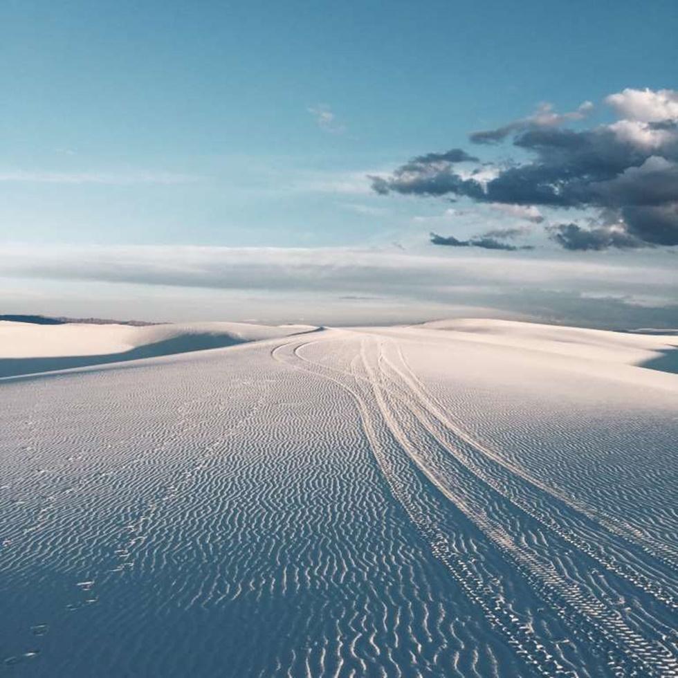 """PRIMER LUGAR, NATURALEZA """"Fue durante la puesta de sol en White Sand National Monument, Nuevo México. Yo estaba un poco perdido desde que salí de la pista y mi iPhone no tenía ninguna señal en absoluto, lo único que podía hacer era seguir las marcas de ruedas y huellas dejadas por otros, se convirtieron en la única guía en la que podía confiar para llevarme a través de este desierto blanco, y para ayudarme a luchar con mi soledad e impotencia""""."""