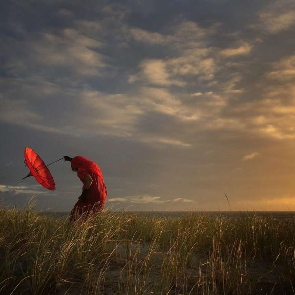 """""""Estuve en un taller de iPhone y reunión con un amigo y maestro en Cape Cod. Todos salimos a fotografiar la puesta de sol perfecta. Tiendo a traer unas cuantas cosas cuando viajo, siendo uno este maravilloso paraguas rojo. Cuando otros disparan los atardeceres y hermosos paisajes, me gusta fotografiar algunos aspectos humanos en estas escenas""""."""