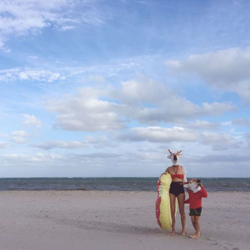 """""""Esta imagen fue tomada como parte de una serie que hice para el #WHPwonderland de instagram. Cada fin de semana, cuando sale el proyecto hashtag, trato de llegar a una idea y este fin de semana, el fin de semana antes de Navidad, era el país de las maravillas. Para esto me fui en una pequeña aventura con mi hijo a la playa y usamos las máscaras de renos""""."""