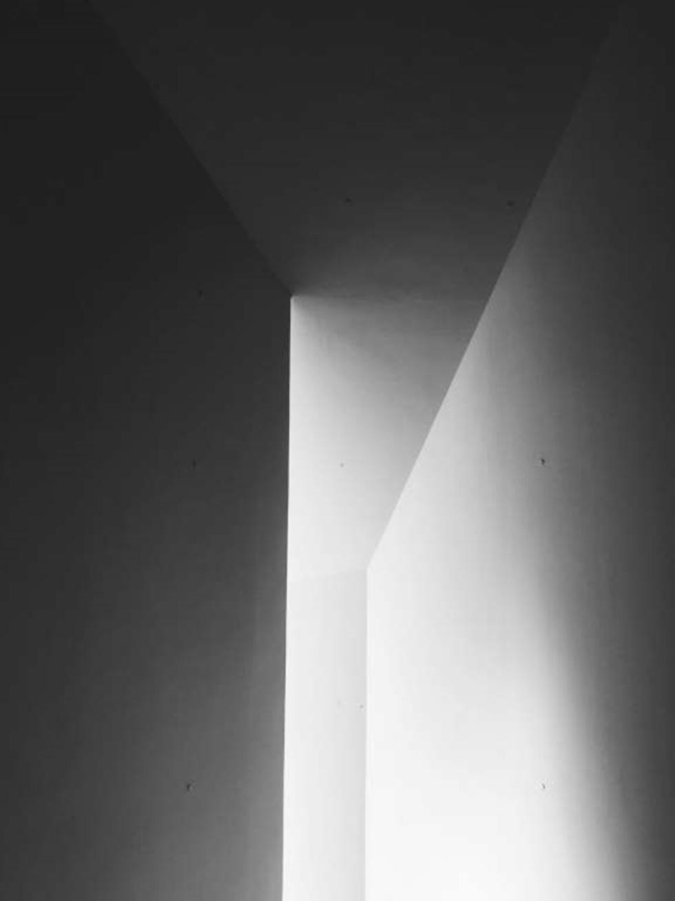 """""""Cuando estaba visitando la Fundación Barnes, construida por Tod Williams + Billie Tsien en Filadelfia, entré en el vestíbulo principal. El espacio de doble altura hizo que este vestíbulo fuera tan abierto y luminoso. Estaba mirando el horizonte y vi una magnífica luz reflejada a través de la geometría del techo que entró en el espacio """"."""