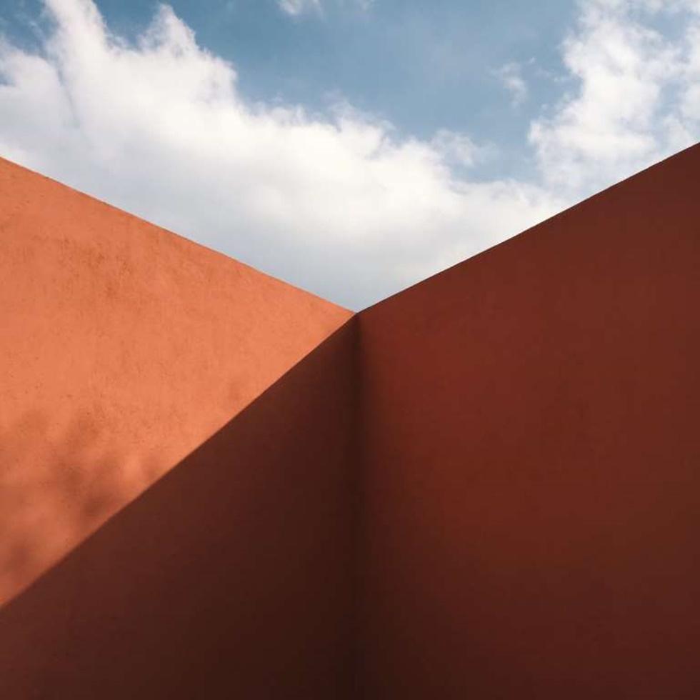 """""""La foto fue tomada cuando estaba visitando Casa Prieto López en la Ciudad de México, diseñada por el legendario arquitecto mexicano Luis Barragán. De pie en este espacio, me maravillé de lo elegantemente que estas paredes capturan la sombra y cortan el cielo, el tiempo se hace casi visible a través de la sombra que se mueve lentamente y nubes a la deriva."""