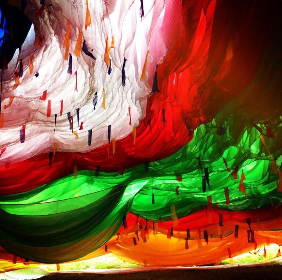 """""""Tomé esta foto en el área tibetana en la provincia occidental de Sichuan el año pasado. Estas banderas de la oración con colores vivos son omnipresentes y también una característica única de la región. Encontré la bandera de oración más grande en el condado de Aba, con la ayuda de un tibetano local, fui dentro de la bandera de la oración, y rápidamente me atrajo a los colores fantásticos y tomé esta foto """"."""