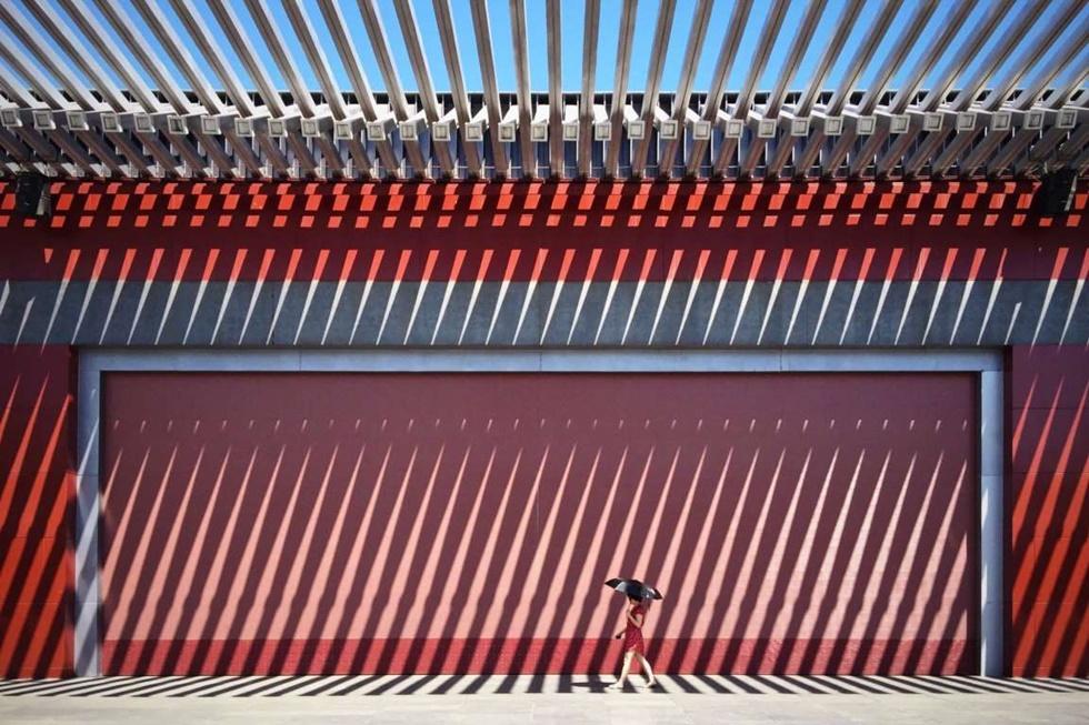 """""""La foto 'China Red' fue tomada en el Parque Olímpico de Beijing, frente a esta muralla roja china tradicional. Me fascinó el gran efecto visual que fue creado por las luces y las sombras""""."""