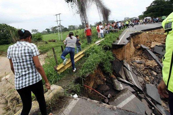 La vía por el puente La Arenosa, en Panamericano, también colapsó totalmente. (Foto/Gustavo Delgado)