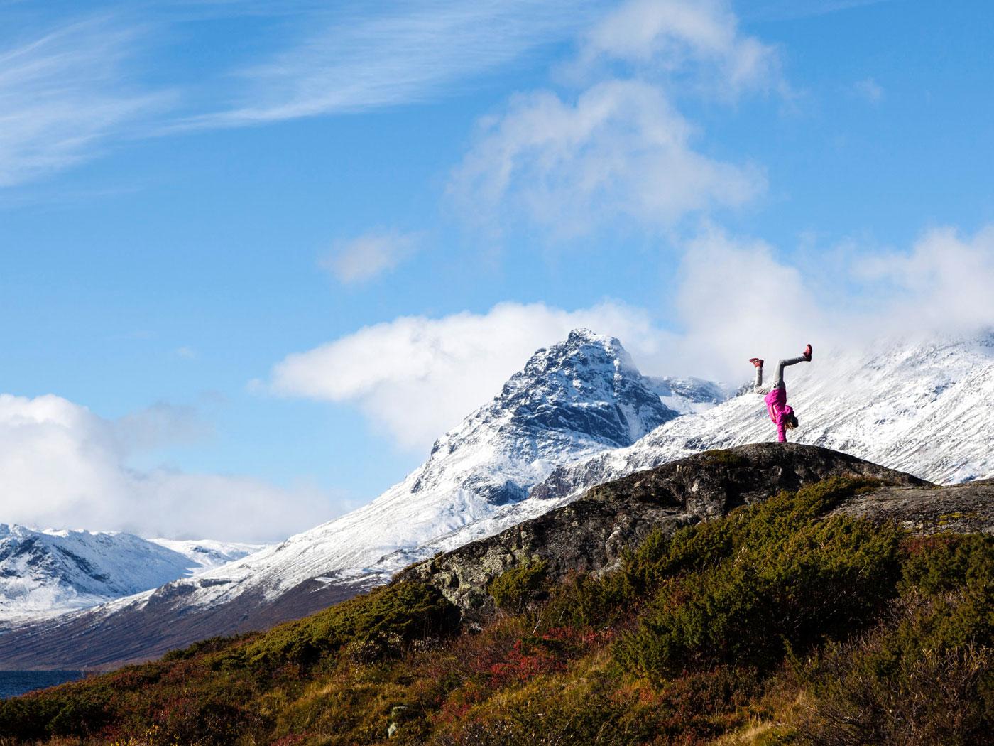 Una muchacha se para con sus manos cerca de Vang, Noruega (Foto Svein Nordrum/NTB Scanpix/via REUTERS)
