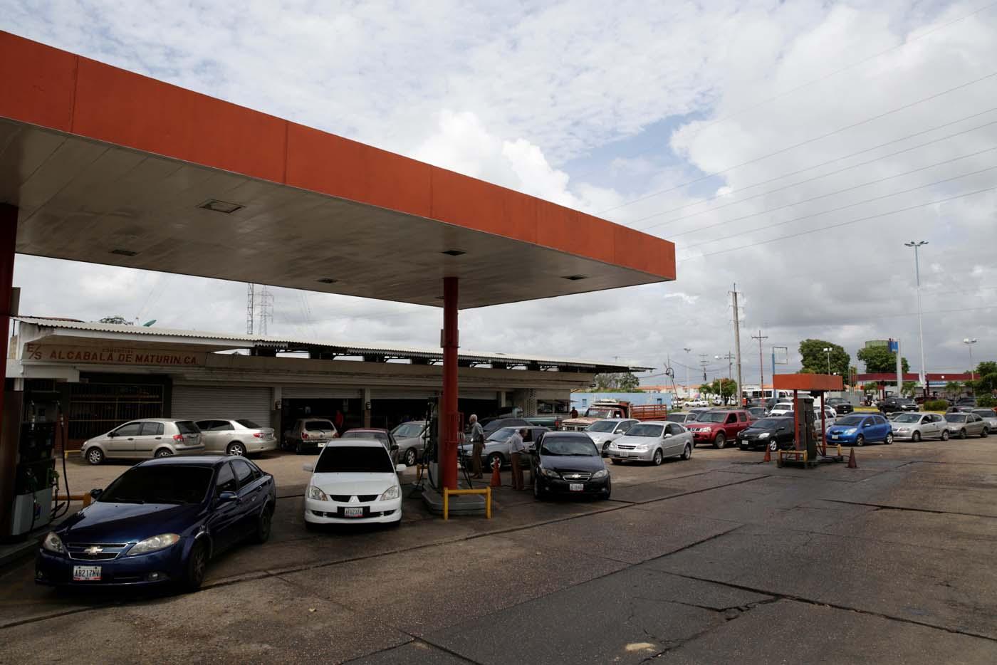 Venezuelan motorists line up for fuel at a gas station of Venezuelan state oil company PDVSA in Maturin, Venezuela March 23, 2017. REUTERS/Marco Bello