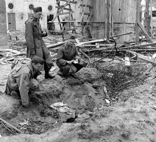 Foto: Soldados soviéticos examinan la zanja en la que presuntamente fueron incinerados Hitler y Eva Braun / unpaseoporlamemoria.com