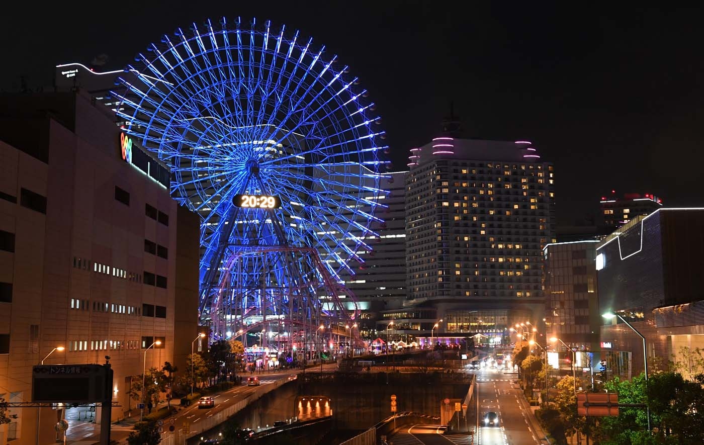The Yokohama giant ferris wheel, Cosmo Clock 21, is seen moments before its lights were turned off for the Earth Hour environmental campaign in Yokohama on March 25, 2017. / AFP PHOTO / Toshifumi KITAMURA