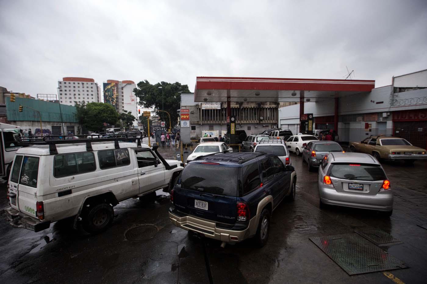 CAR305. CARACAS (VENEZUELA), 24/03/2017.- Fotografía de filas de vehículos para reabastecerse con combustible hoy, viernes 24 de marzo de 2017, en Caracas (Venezuela). Decenas de estaciones de servicio en Venezuela amanecieron hoy con vehículos en cola para abastecerse de gasolina, luego de que la estatal Pdvsa reportara el pasado miércoles un retraso en el transporte de combustible y se registrasen fallos de suministro en al menos cuatro estados centrales. EFE/CRISTIAN HERNÁNDEZ