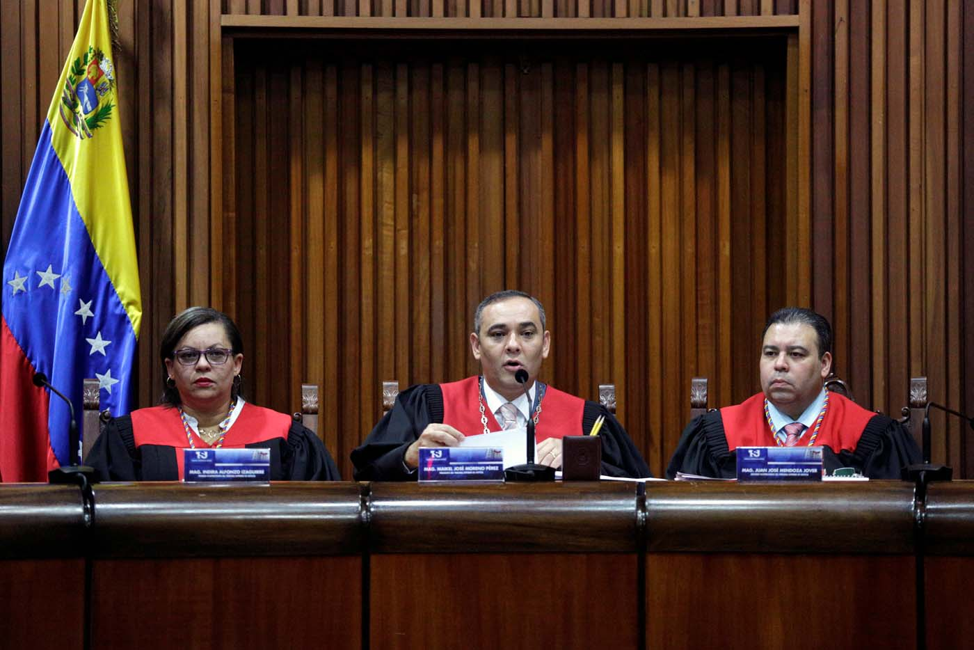 Venezuela's Supreme Court President Maikel Moreno (C) talks to the media during a news conference, next to Venezuela's Supreme Court First Vice President Indira Alfonzo (L) and Venezuela's Supreme Court Second Vice President Juan Mendoza, in Caracas, Venezuela March 27, 2017. REUTERS/Marco Bello