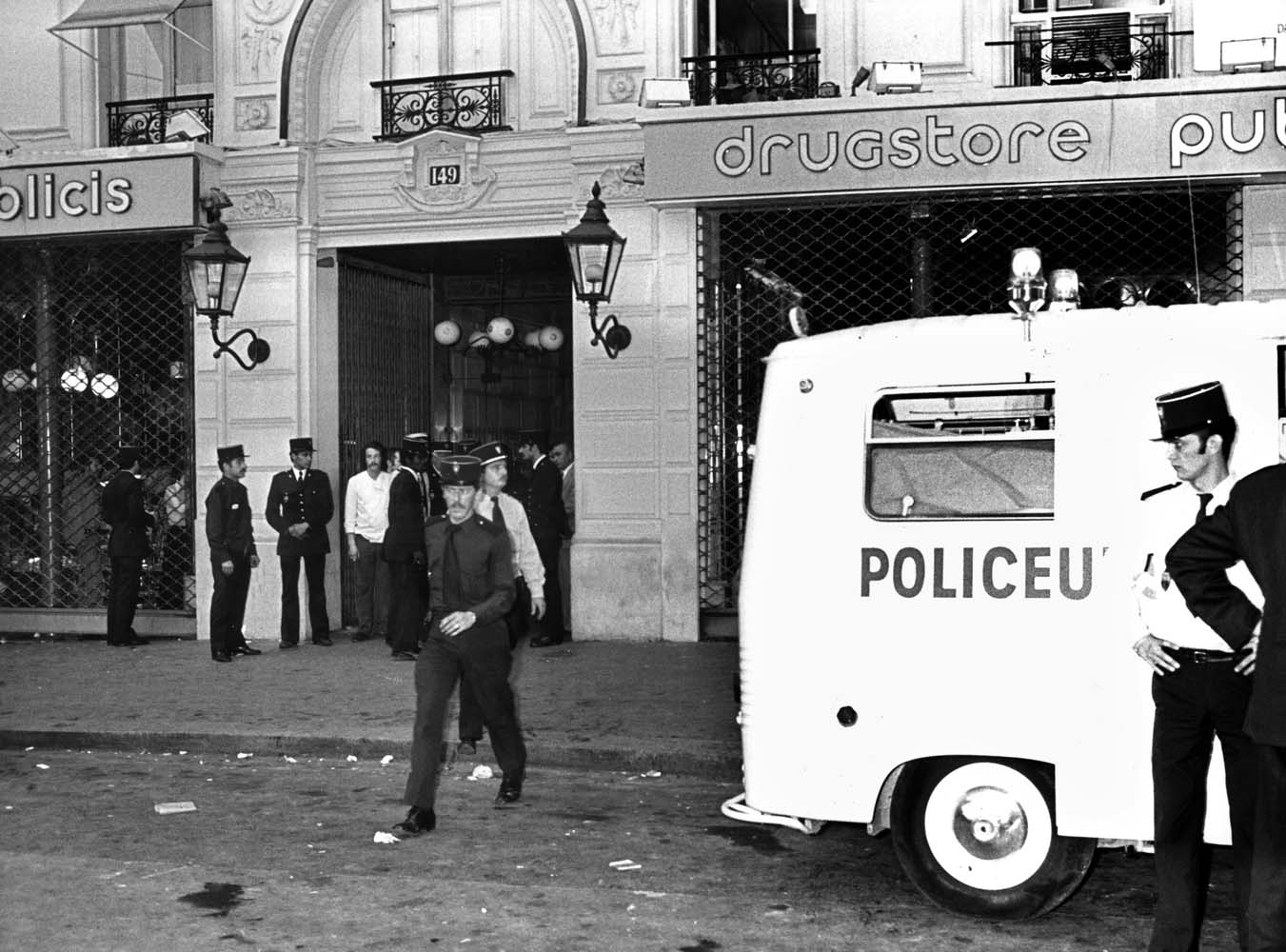 (FILES) This file photo taken on September 15, 1974 in Paris shows policemen working after the deadly bombing at Publicis shop. Paris prosecution requested on March 27, 2017 life imprisonment for Ilich Ramirez Sanchez, aka Carlos for the deadly bombing at Publicis Paris shop more than 40 years ago. / AFP PHOTO / AFP ARCHIVES / STF