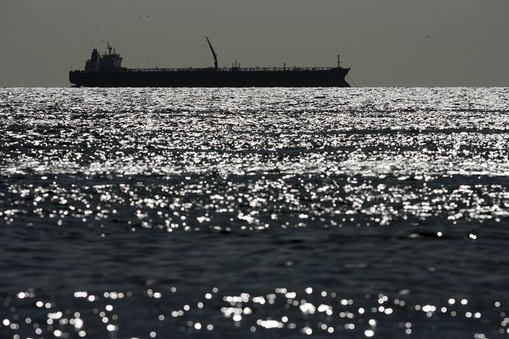 Imagen de archivo de un barco tanquero en aguas del Lago Maracaibo en Venezuela, mar 1, 2008. El despacho de crudo en el principal puerto petrolero de Venezuela está demorado por un problema en uno de sus tres muelles, dijeron un dirigente sindical y fuentes el lunes, en un nuevo incidente operacional de la nación OPEP afectada por la crisis económica.  REUTERS/Jorge Silva (VENEZUELA)