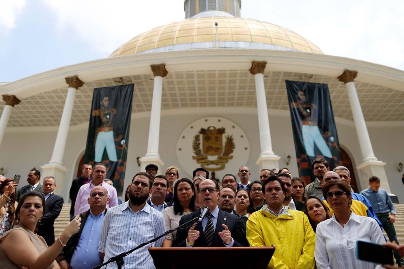 Julio Borges (C), presidente de la AN y demás diputados de la Unidad se dirigen al país tras sentencia del TSJ (Foto REUTERS/Carlos Garcia Rawlins)