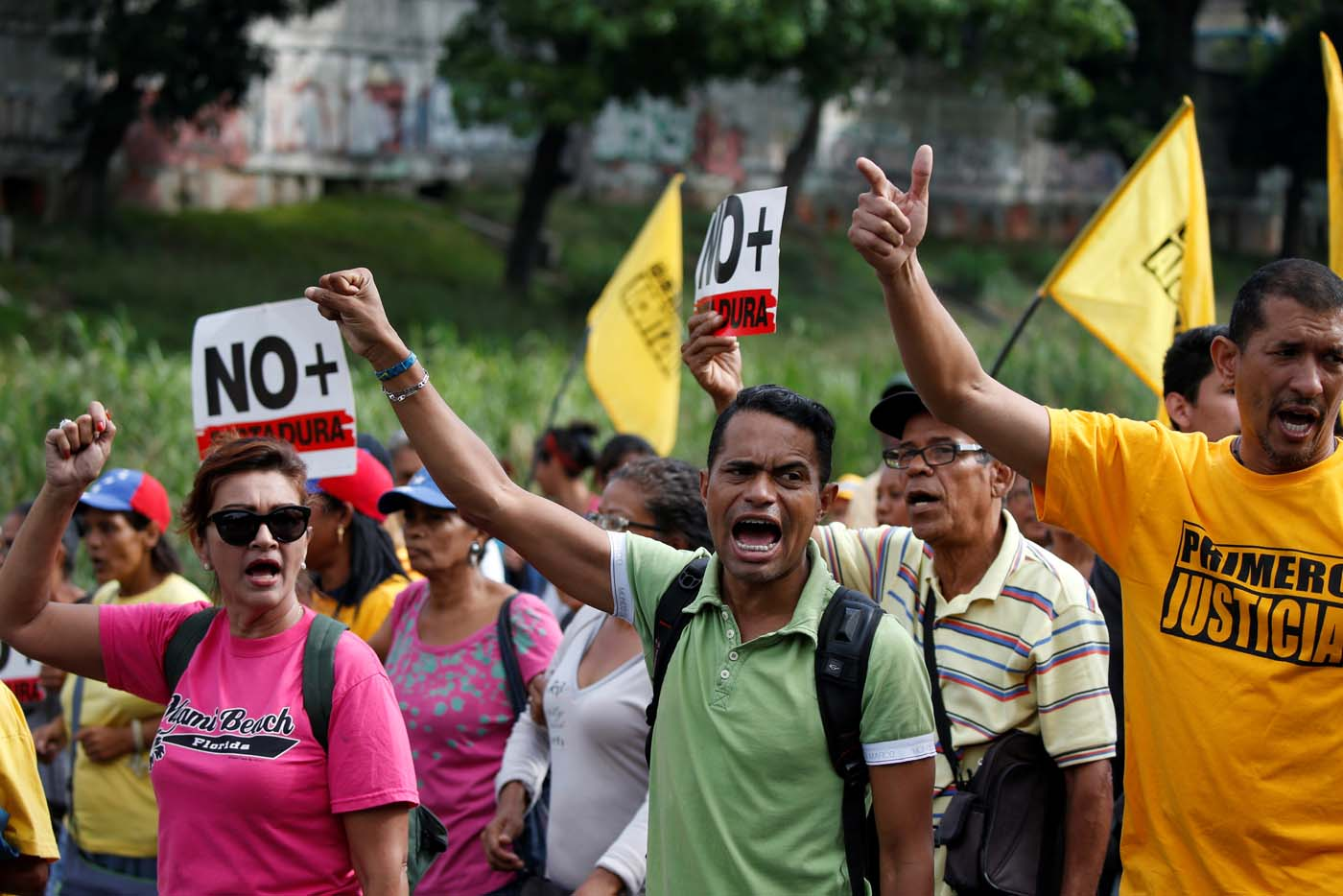 Opposition supporters shout slogans as they block a highway during a protest against Venezuelan President Nicolas Maduro's government in Caracas, Venezuela March 31, 2017. REUTERS/Carlos Garcia Rawlins