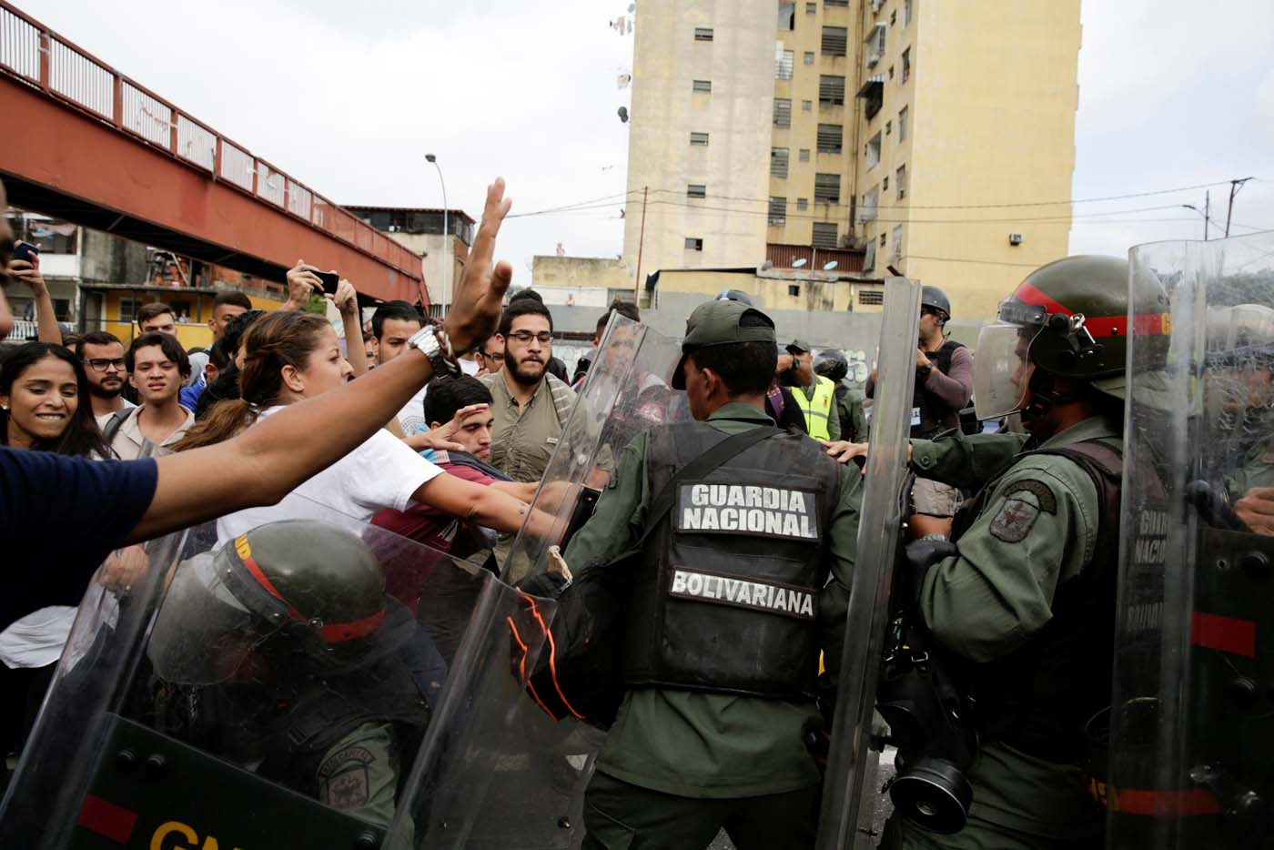 Opposition supporters clash with Venezuela's National Guards during a protest against Venezuelan President Nicolas Maduro's government outside the Supreme Court of Justice (TSJ) in Caracas, Venezuela March 31, 2017. REUTERS/Marco Bello
