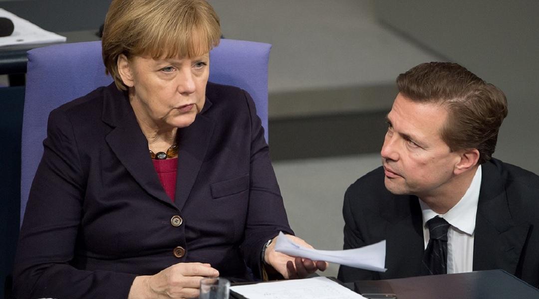 Referencial. Angela Merkel junto al vocero del gobierno alemán Steffen Seibert.