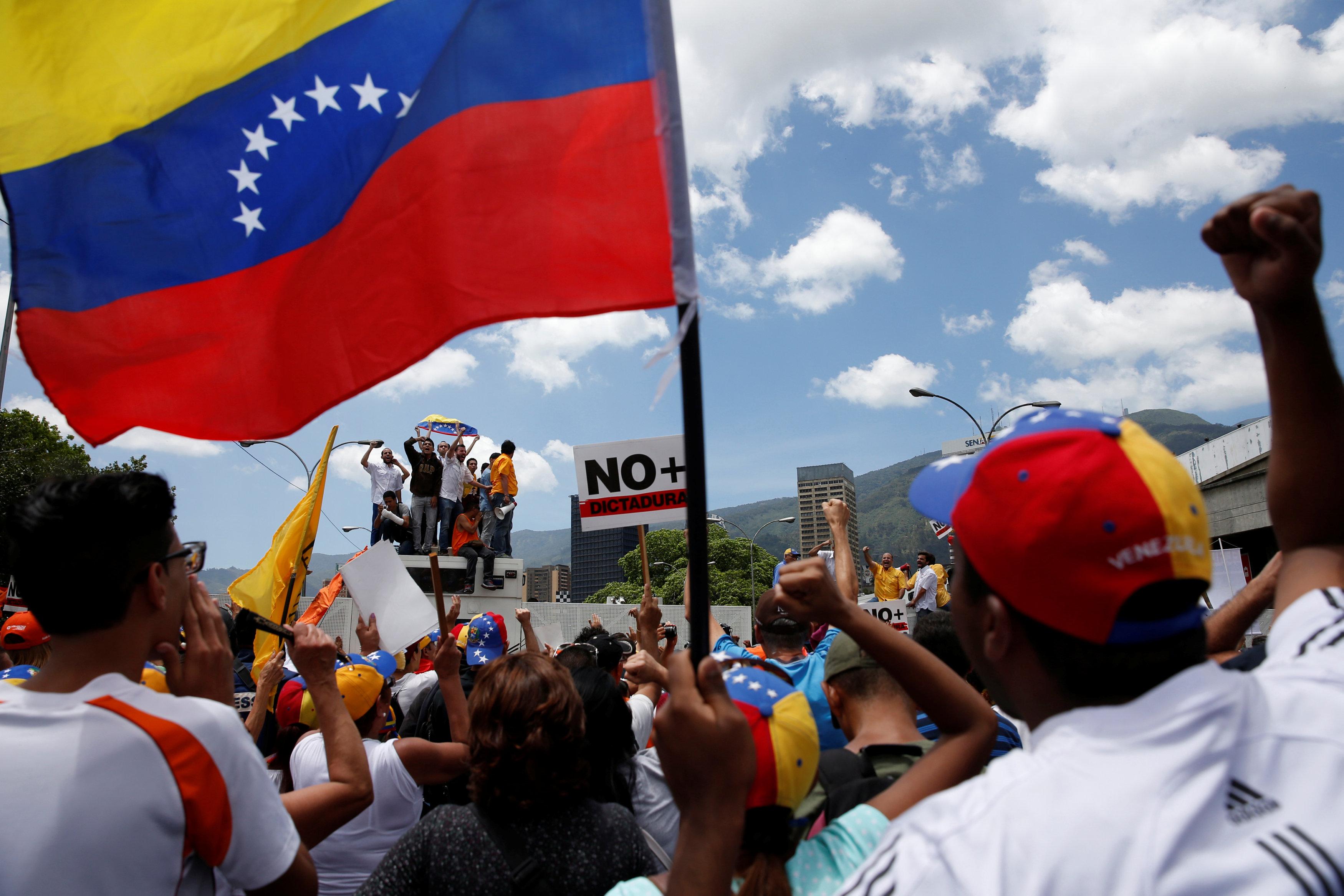 El pueblo salió a las calles para respaldar a la AN. REUTERS/Carlos Garcia Rawlins