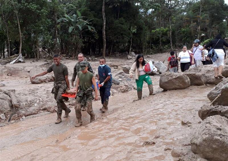 Fotografía cedida por el Ejército de Colombia de soldados transportando a una persona en camilla hoy, sábado 1 de abril de 2017 luego de una avalancha, en Mocoa (Colombia). Al menos quince personas muertas dejó una avalancha ocurrida anoche en Mocoa, capital del departamento del Putumayo, en el sur de Colombia, por el desbordamiento de un río, dijeron hoy las autoridades. EFE/EJÉRCITO DE COLOMBIA