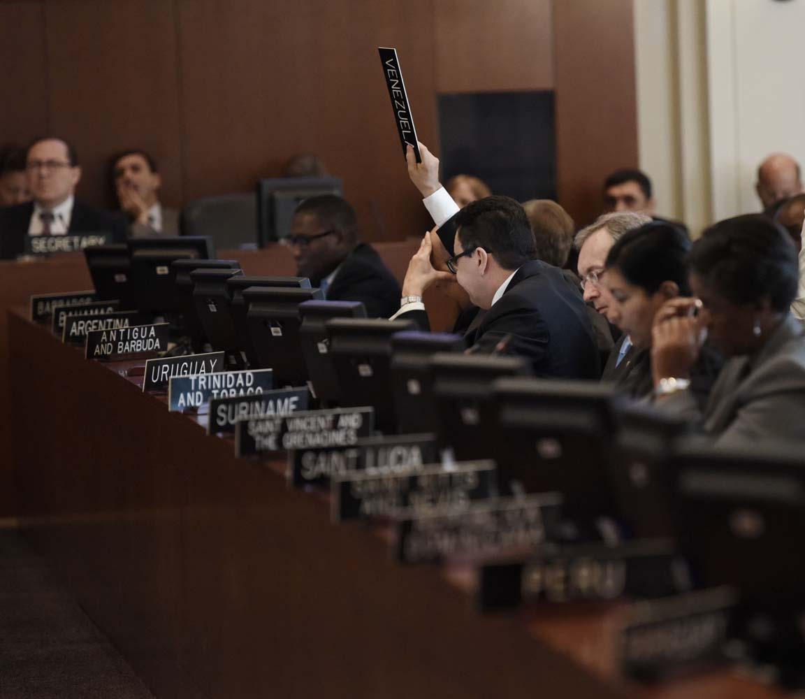 """-FOTODELDIA- MIA46 WASHINGTON, DC (EE.UU), 28/03/2017.- El viceministro de Relaciones Exteriores de Venezuela, Samuel Moncada, pide la palabra hoy, martes 28 de marzo de 2017, durante la sesión extraordinaria sobre la situación en Venezuela, gracias al apoyo de 20 de los 34 países miembros, y a la que se opusieron 11 naciones, en Washington, DC (EEUU. La sesión se inicio dos horas más tarde de lo previsto, después de que Venezuela, con el apoyo de Bolivia y Nicaragua, tratara de impedir la celebración alegando que la reunión viola el principio de """"no intervención en los asuntos internos de los Estados miembros"""". Para celebrar la sesión eran necesarios 18 votos y hubo 20, ya que Belice y Guyana se sumaron a los 18 países que habían solicitado la sesión: Canadá, Argentina, Brasil, Chile, Colombia, Costa Rica, Estados Unidos, Guatemala, Honduras, México, Panamá, Paraguay, Perú, Uruguay, Barbados, Bahamas, Santa Lucía y Jamaica. EFE/LENIN NOLLY."""