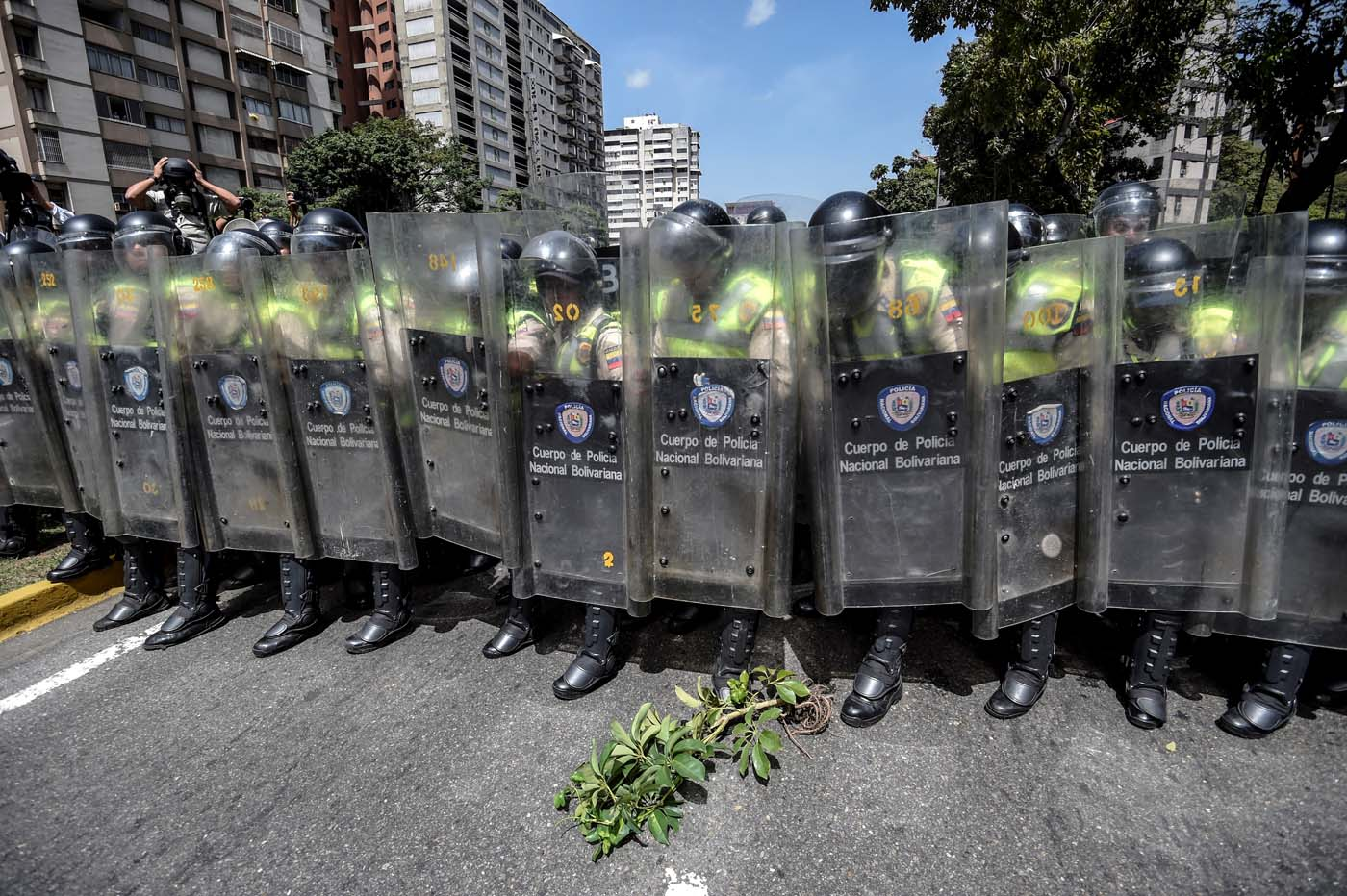 Riot police officers block an avenue during a protest against Nicolas Maduro's government in Caracas on April 4, 2017. Protesters clashed with police in Venezuela Tuesday as the opposition mobilized against moves to tighten President Nicolas Maduro's grip on power. Protesters hurled stones at riot police who fired tear gas as they blocked the demonstrators from advancing through central Caracas, where pro-government activists were also planning to march. / AFP PHOTO / JUAN BARRETO
