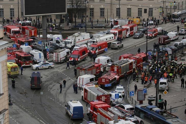 Servicios de emergencia y socorristas a las afueras de la estación de metro Sennaya Ploshchad, luego de una explosión en San Petersburgo, Rusia, abr 3, 2017. Once personas murieron y 45 resultaron heridas el lunes cuando una explosión destruyó un vagón del metro de San Petersburgo, en un ataque que habría sido perpetrado por un suicida relacionado con radicales islamistas, dijo la agencia de noticias rusa Interfax citando a una fuente de seguridad. REUTERS/Anton Vaganov