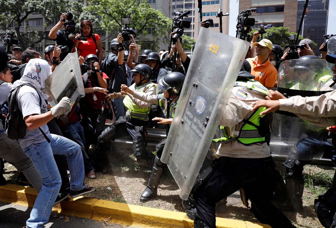 Demonstrators clash with security forces during an opposition rally in Caracas, Venezuela April 4, 2017. REUTERS/Carlos Garcia Rawlins