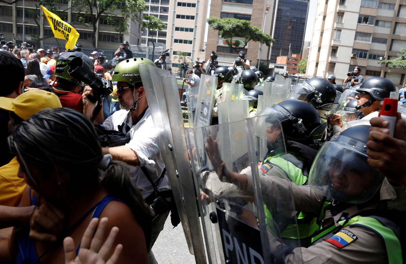 Security forces block demonstrators using riot shields and pepper spray during an opposition rally in Caracas, Venezuela April 4, 2017. REUTERS/Carlos Garcia Rawlins