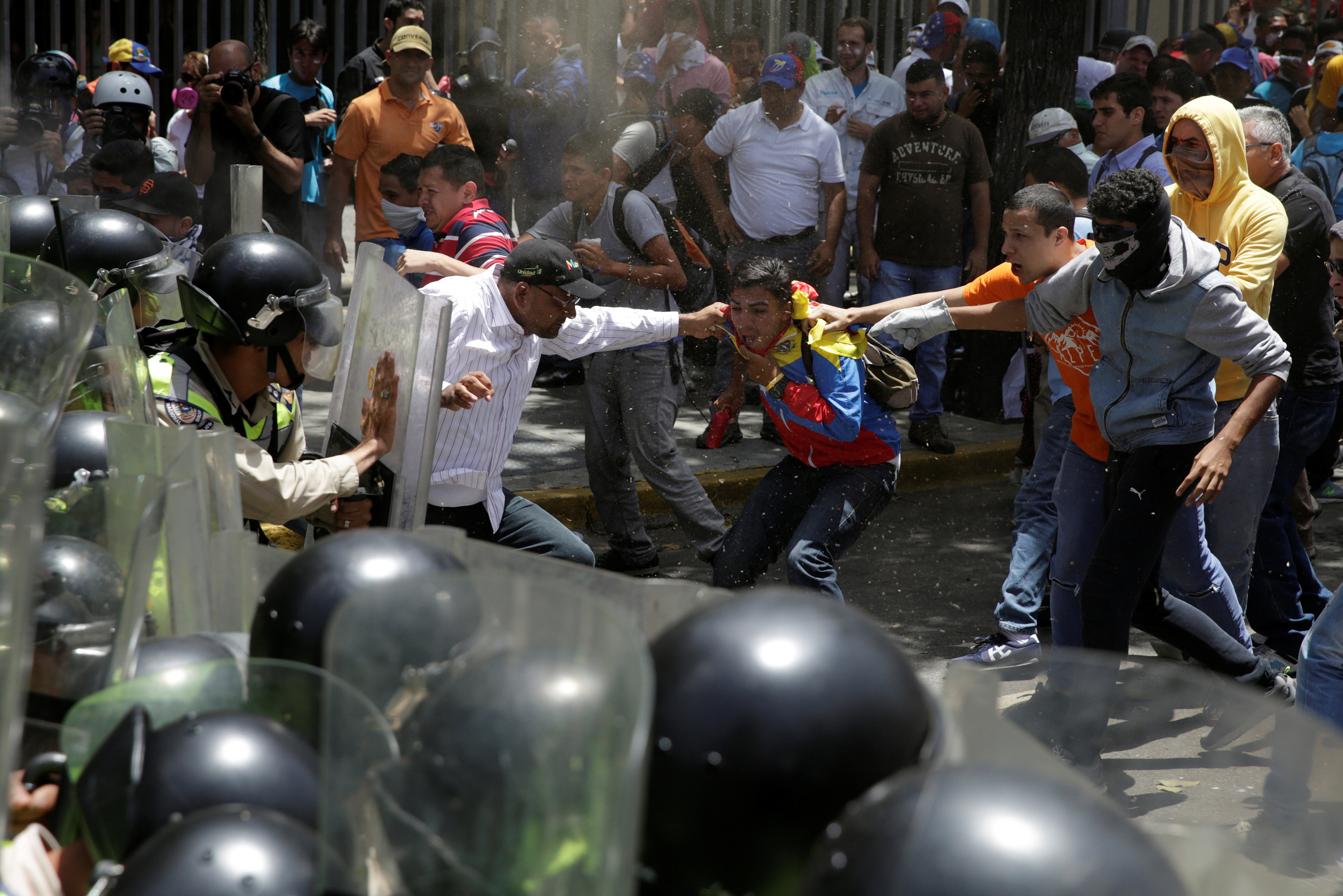 Demonstrators clash with security forces during an opposition rally in Caracas, Venezuela April 4, 2017. REUTERS/Marco Bello