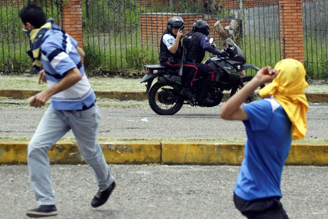Demonstrators clash with riot police during a protest against Venezuelan President Nicolas Maduro's government in San Cristobal, Venezuela, April 5, 2017. REUTERS/Carlos Eduardo Ramirez