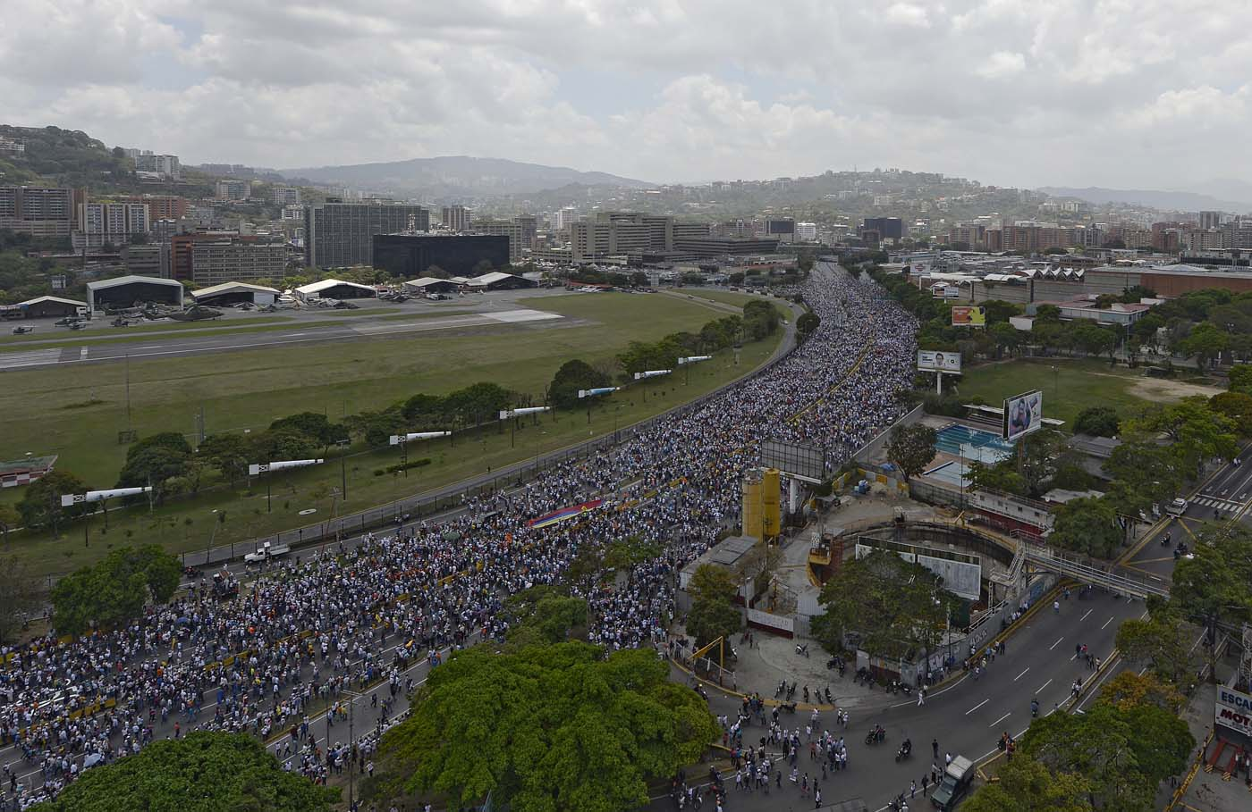 Venezuelan opposition activists gather to protest against the government of President Nicolas Maduro on April 6, 2017 in Altamira,  Chacao municipality, eastern Caracas. The center-right opposition vowed fresh street protests -after earlier unrest left dozens of people injured - to increase pressure on Maduro, whom they blame for the country's economic crisis. / AFP PHOTO / FEDERICO PARRA
