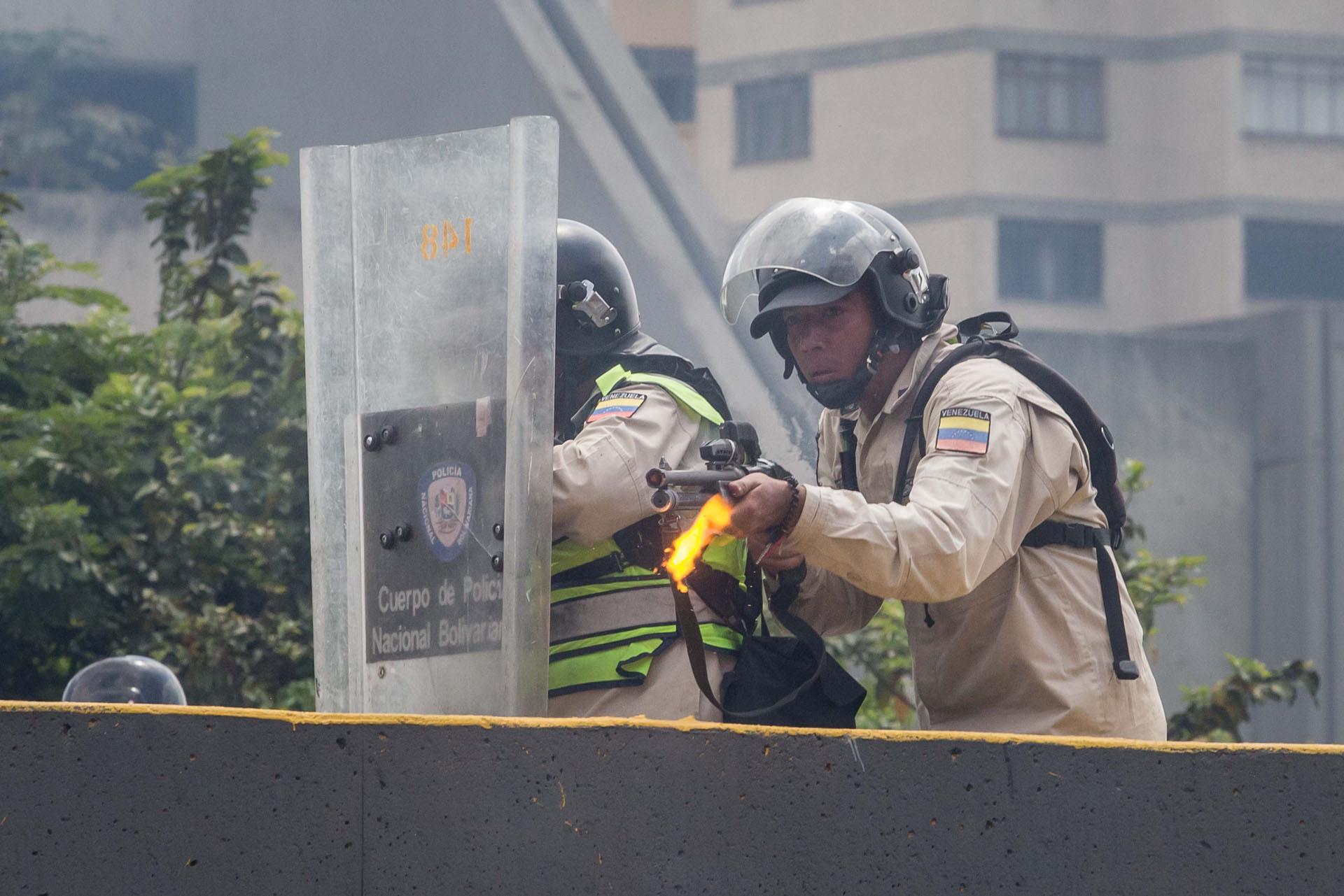 CAR01. CARACAS (VENEZUELA), 06/04/2017 - Efectivos de la Policía Nacional Bolivariana (PNB) dispersan una manifestación de opositores al gobierno de Nicolás Maduro hoy, jueves 6 de abril de 2017, en Caracas (Venezuela). La Policía Nacional Bolivariana (PNB) dispersó hoy con gases lacrimógenos y agua una marcha opositora en Caracas que pretendía llegar hasta la Defensoría del Pueblo para pedir su respaldo al proceso iniciado por el Parlamento contra siete magistrados del Tribunal Supremo de Justicia (TSJ). EFE/MIGUEL GUTIERREZ