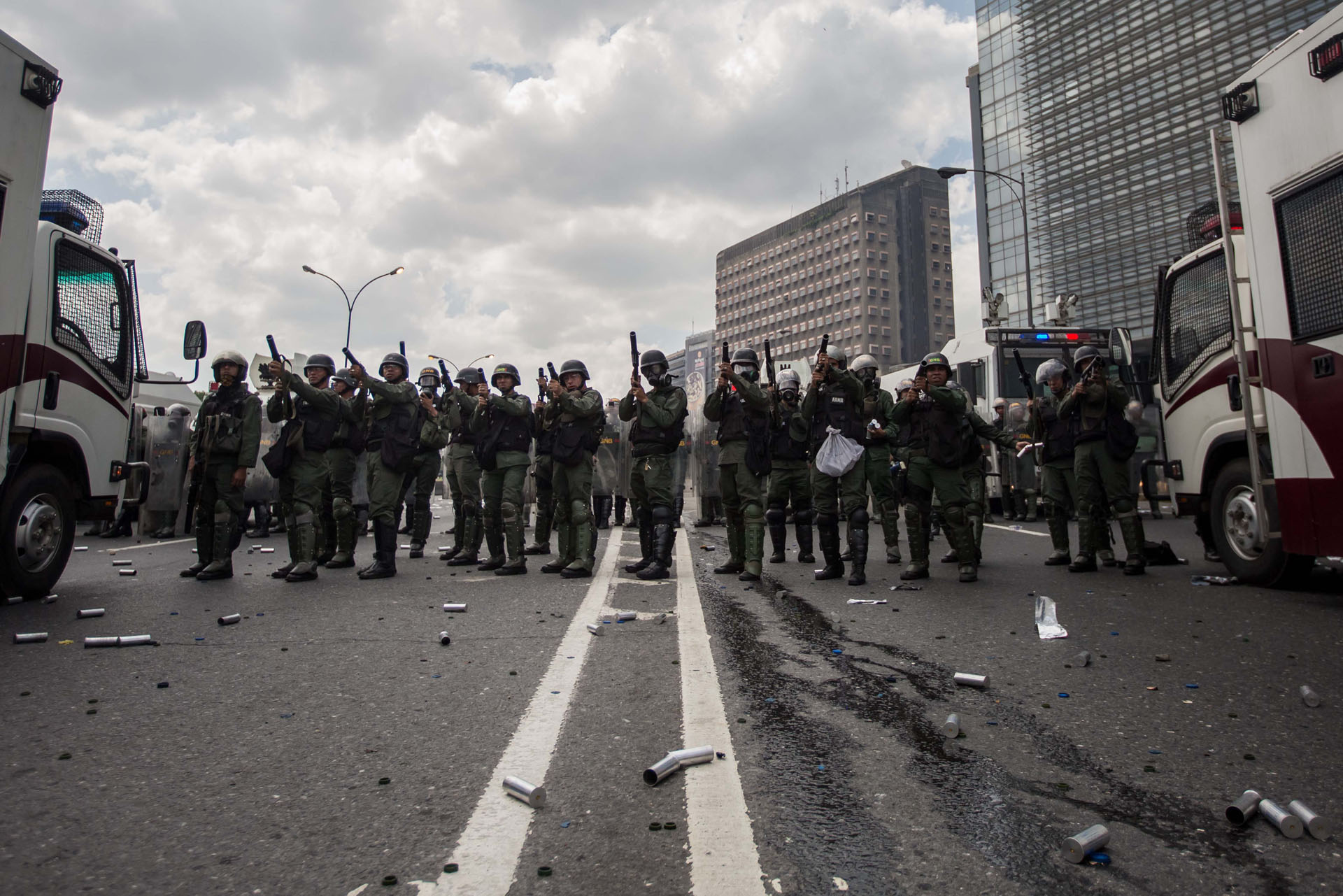 CAR01. CARACAS (VENEZUELA), 06/04/2017 - Miembros del Ejército Nacional Bolivariano intentan disipar una manifestación de opositores al gobierno de Nicolás Maduro hoy, jueves 6 de abril de 2017, en Caracas (Venezuela). Dos fotógrafos de la Agencia EFE en Caracas resultaron heridos durante una protesta opositora en Caracas cuando agentes de los cuerpos de seguridad dispararon a quemarropa contra ellos mientras cubrían gráficamente la manifestación en el este de la capital venezolana. EFE/MIGUEL GUTIERREZ