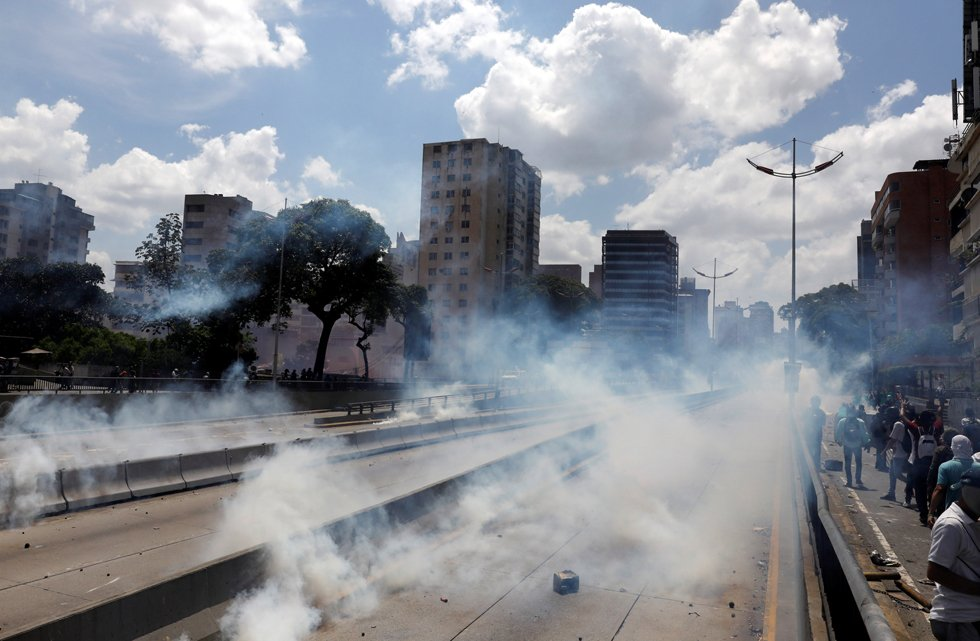 A view of the street is seen as demonstrators clash with the riot police during a rally in Caracas, Venezuela, April 8, 2017. REUTERS/Carlos Garcia Rawlins