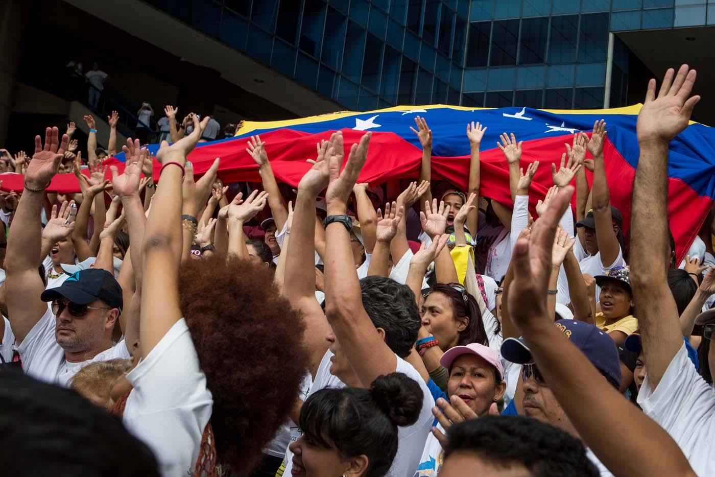"""CAR08. CARACAS (VENEZUELA), 08/04/2017 - Un grupo de personas se congrega durante una manifestación hoy, sábado 8 de abril de 2017, en Caracas (Venezuela). La oposición venezolana convoca de nuevo a manifestarse en varias ciudades del país en demanda de la """"restitución del hilo constitucional"""" y de la celebración de elecciones. EFE/MIGUEL GUTIÉRREZ"""