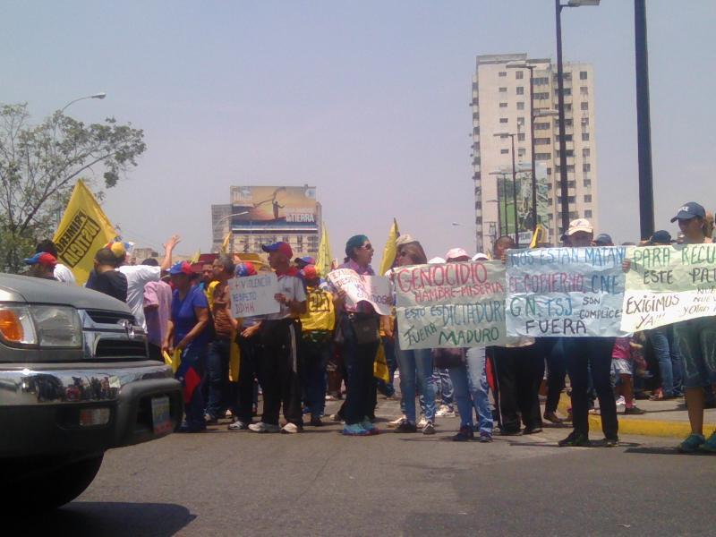 Opositores marchan de manera pacífica a la altura de la Av. Bolívar. Foto: Carlos Arana /Lapatilla.com