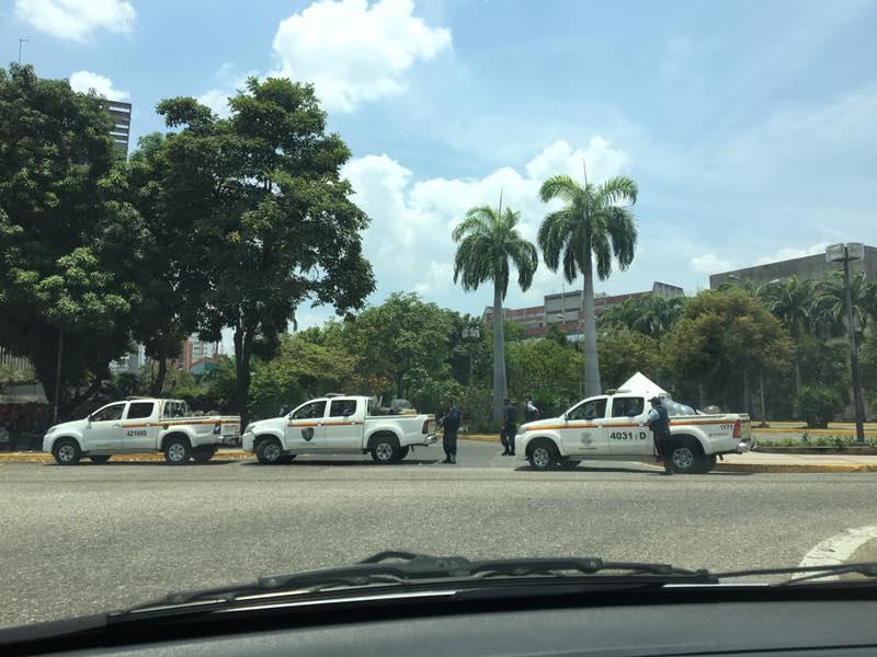 Poliaragua obstaculiza el paso de la movilización opositora en Maracay Foto: @Borolaki